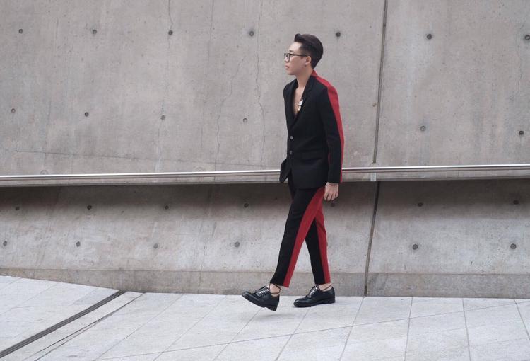 Trang phục có sự bất đối xứng về màu sắc với 2 tông đỏ và đen.