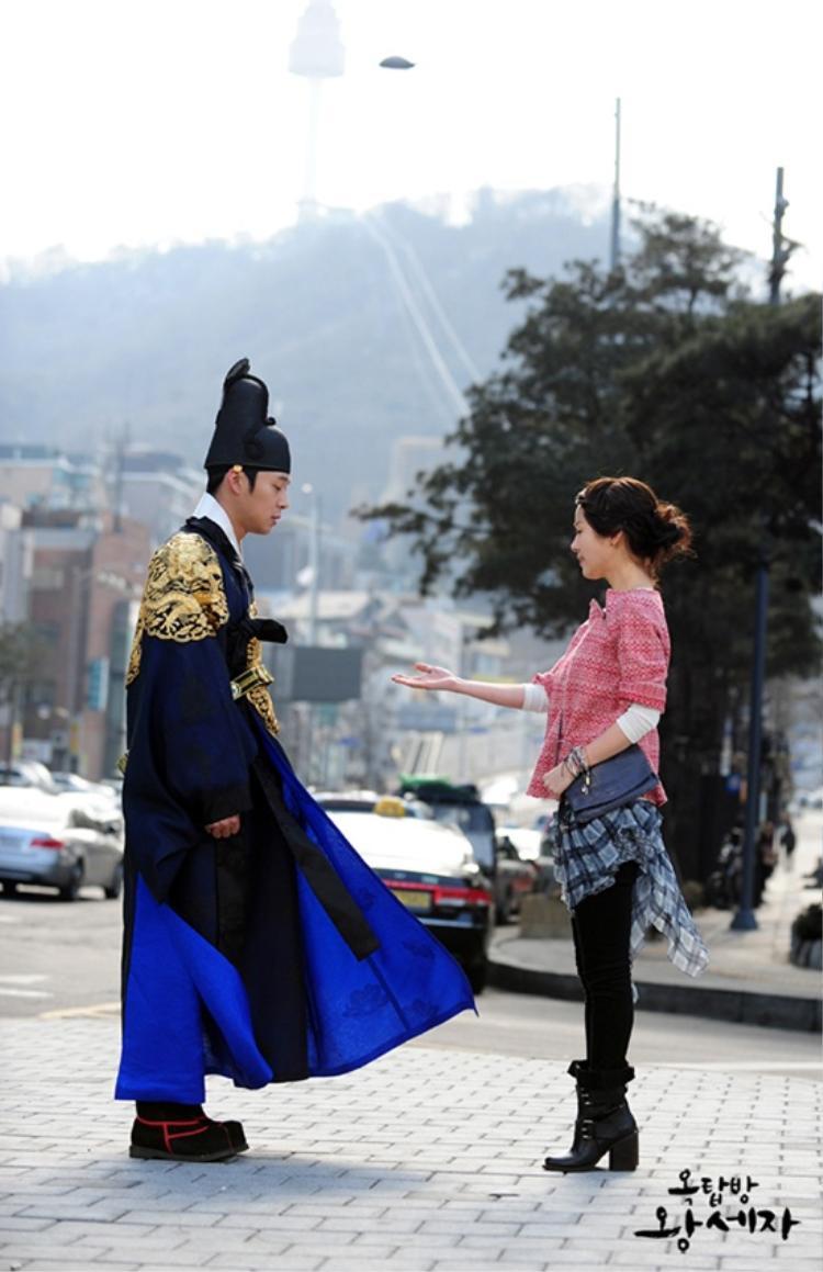 Dù đi giày cao, Ji Min vẫn thấp bé so với vị hoàng tử rơi từ gác mái