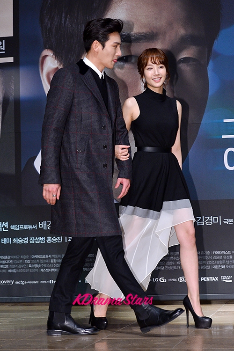 """Park Min Young với đôi giày cao """"khủng"""" nhưng vẫn nhỏ bé khi đi cùng bạn diễn"""