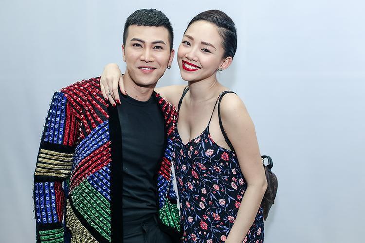 Tóc Tiên diện trang phục áo 2 dây sexy và make up đơn giản nhưng vẫn giữ được thần thái rạng ngời đến ủng hộ Mai Tiến Dũng.