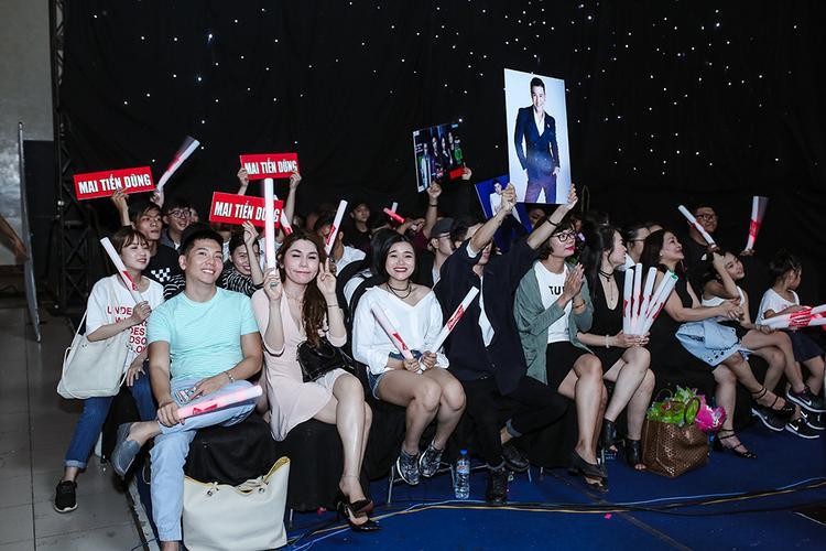 FC của Mai Tiến Dũng cũng hào hứng cổ vũ cho phần thi đầy sắc màu âm thanh của anh trong suốt đêm diễn.