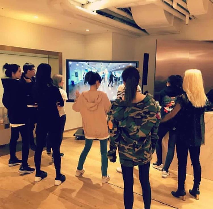 Sooyoung lại chia sẻ hình ảnh các cô gái chăm chỉ tập luyện chuẩn bị cho đêm diễn tại Việt Nam.