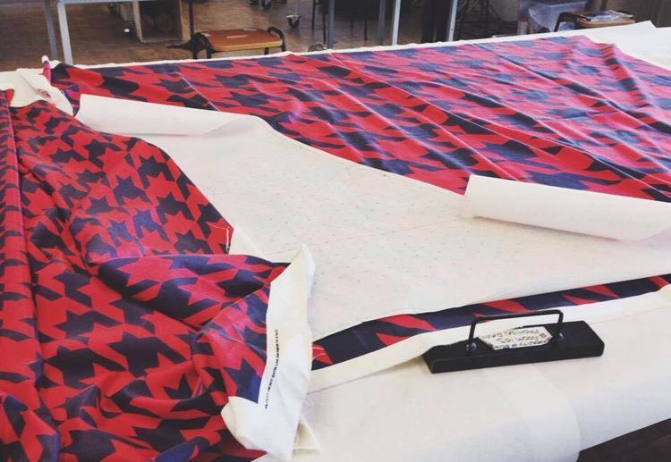Chiếc áo lông được tạo bởi 62 mảnh lông hoàn toàn khác nhau để ghép nên chiếc áo hoàn chỉnh, liên kết với nhau.