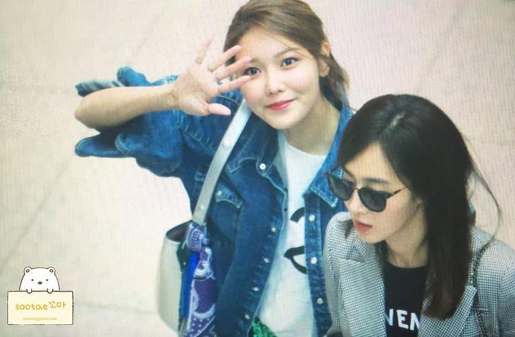 Sooyoung vẫy tay chào tạm biệt fan.