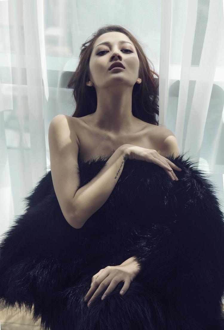 Bảo Anh diện váy ngủ quyến rũ trong bộ hình ra mắt ca khúc EDM mới nhất
