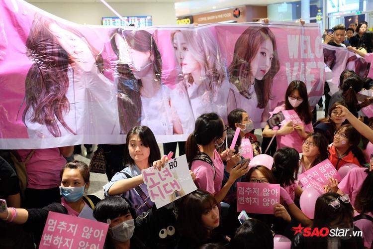 Fan khá hoang mang khi thời gian đáp trôi qua khá lâu nhưng vẫn chưa thấy các cô gái.