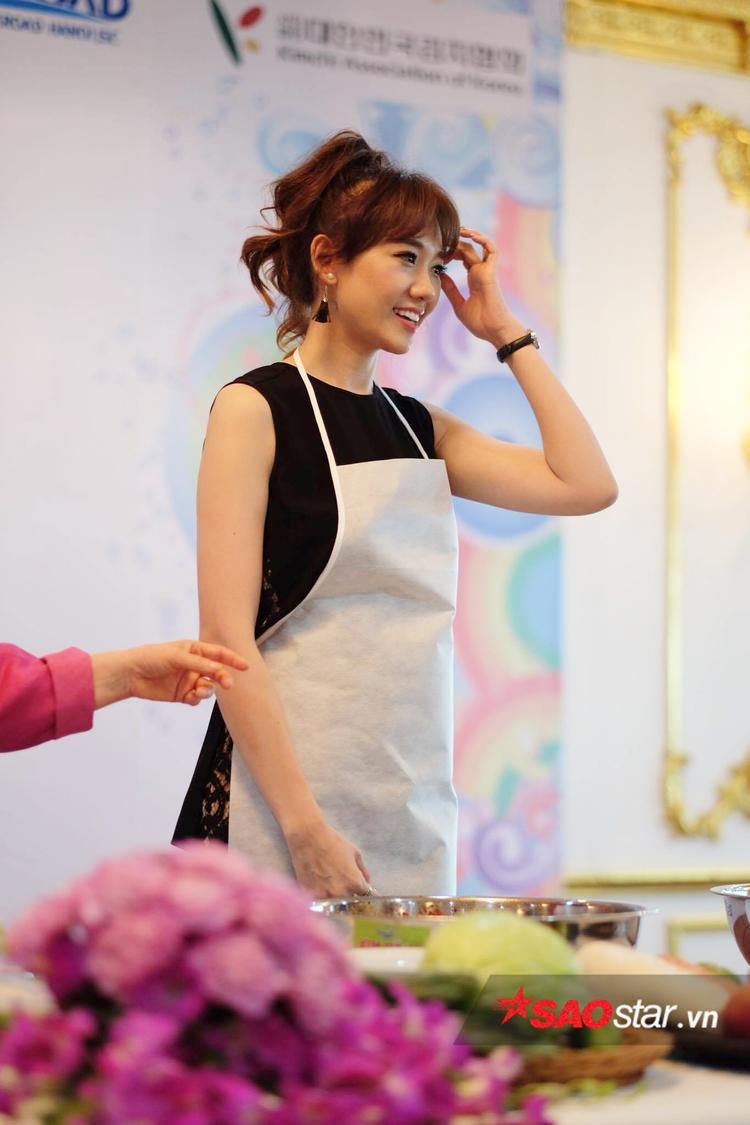 Hari Won sẵn sàng vào bếp làm kim chi.