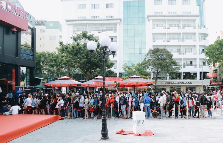 Đông đảo người hâm mộ nối thành hàng dài từ sớm để mua album đầu tay của Sơn Tùng.