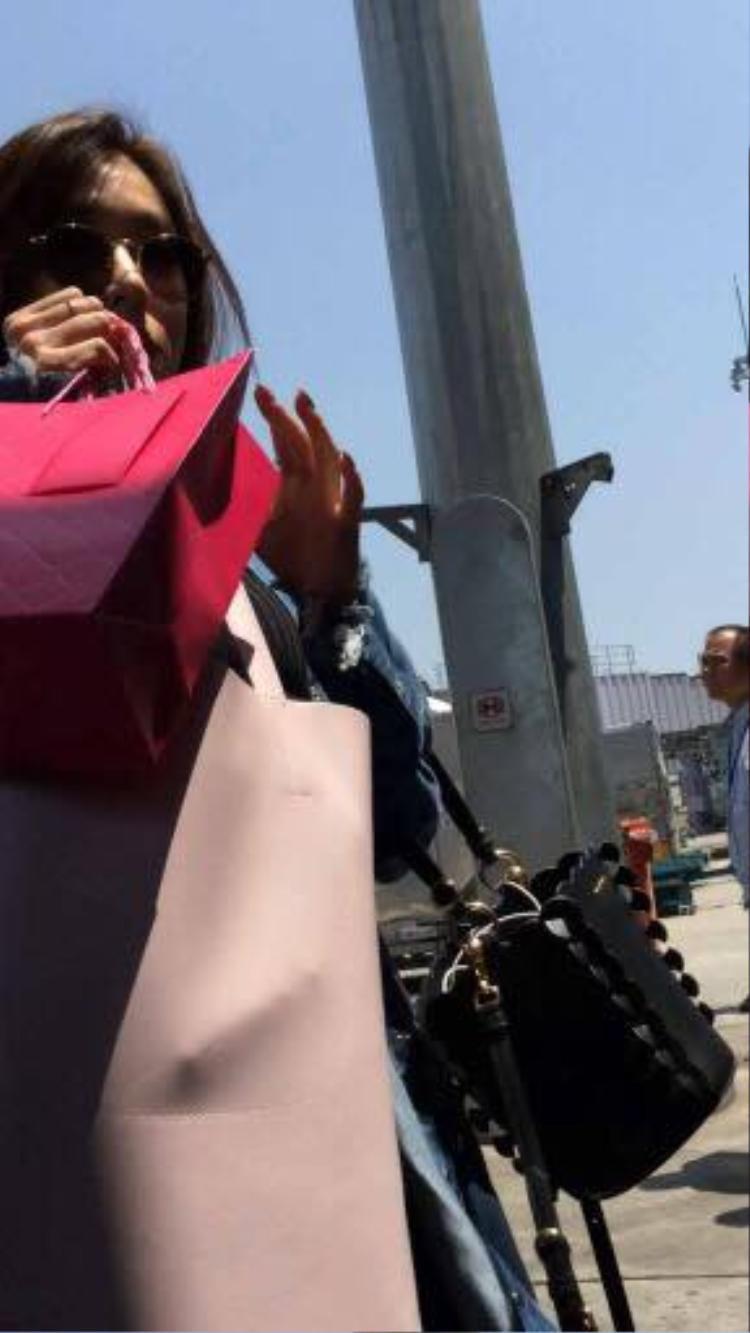 Như trò đùa Cá tháng tư, SNSD lặng lẽ rời đi bằng cổng VIP để mặc fan ngơ ngác chờ đợi ở sân bay