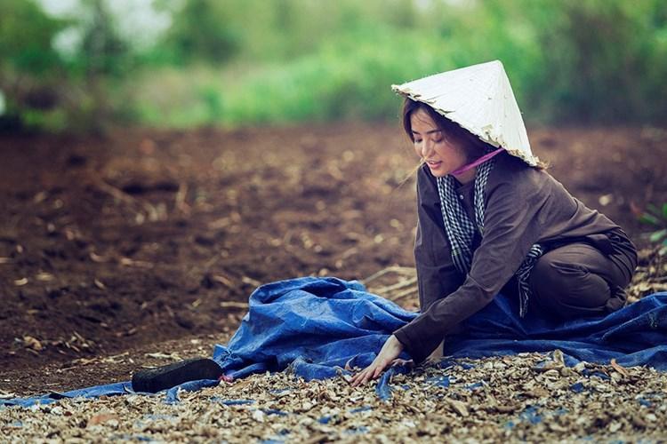 Nữ ca sĩ không ngại thực hiện những công việc của người nông dân thực sự trong chính MV của mình.