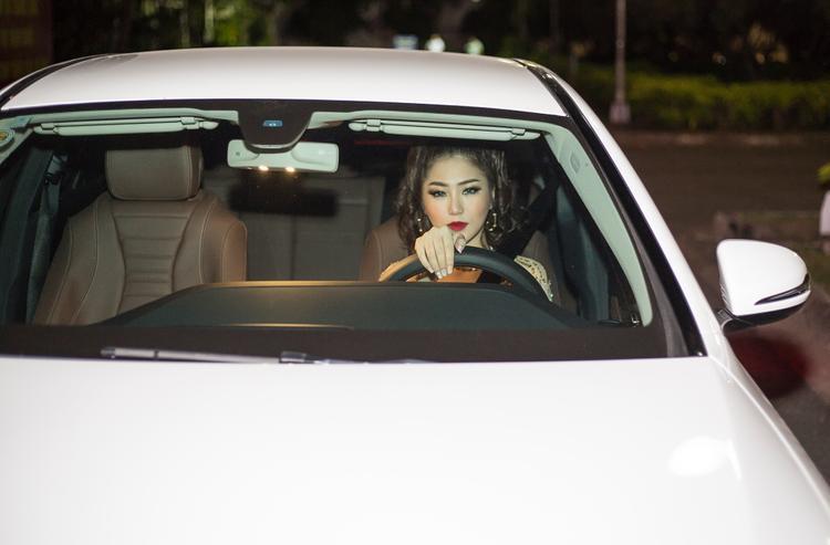 Cô cũng tự tin lái xe đến sân khấu mà không cần tài xế riêng. Đây là chiếc xe tiền tỉ do Hương Tràm tích cóp bằng việc đi hát của mình để tự thưởng.