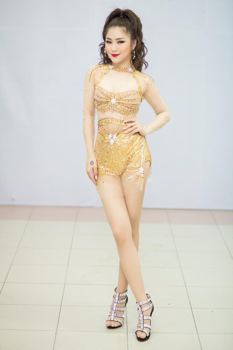 Đến tham dự chương trình đêm qua, Hương Tràm chọn cho mình chiếc váy tinh tế của NTK Lưu Ngọc Kim Khanh. Với thiết kế này, Hương Tràm tự tin khoe vóc dáng cơ thể với những đường cong nóng bỏng.