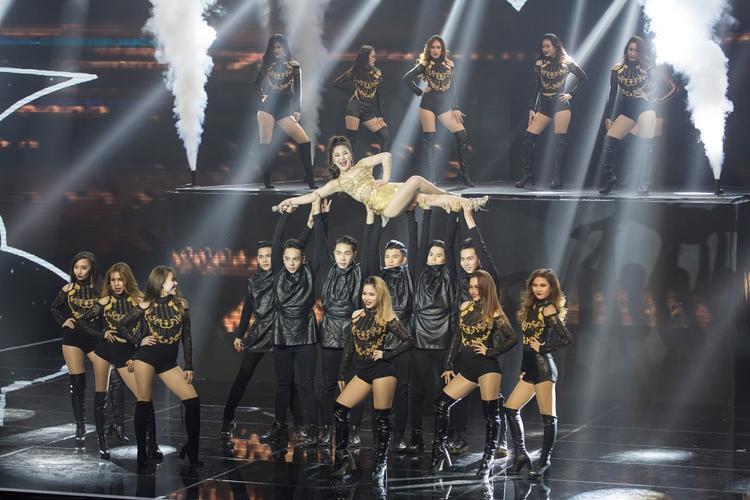 Phần trình diễn khiến cả sân khấu nổ tung vì quá sức ấn tượng.