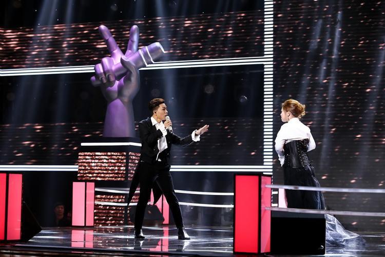 Hình ảnh tiết mục Queen of the night của Tùng Anh và Hồng Ngọc trong tập vòng Đối đầu tối nay, 3/4 của Giọng hát Việt 2017