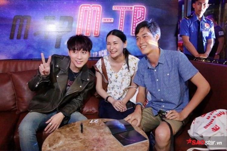 2 fan người Nhật đến tận nơi để có được chữ ký của Sơn Tùng.