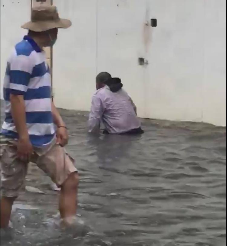 Sự thật về clip cụ ông tàn tật lội dòng nước ngập giữa phố đang được dân mạng chia sẻ chóng mặt