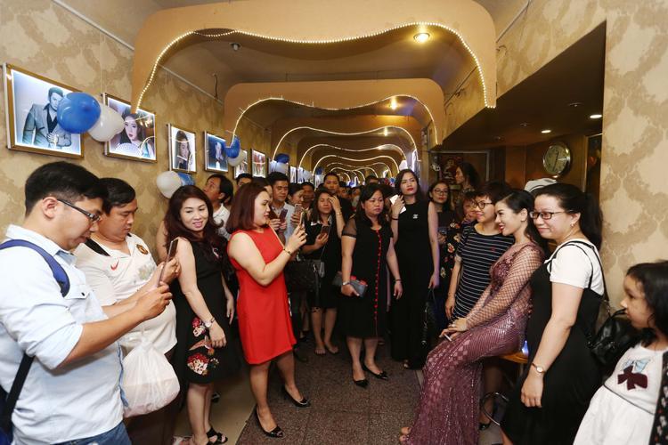 Mặc trời mưa bão to, khán giả vẫn đến chung vui chật kín cả khán phòng.