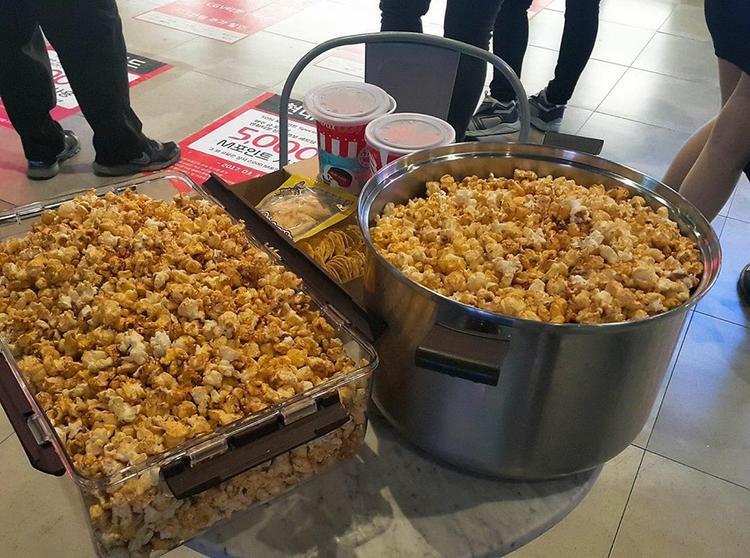 Đi xem phim được tặng nhiều bỏng thế này thì lời quá còn gì.