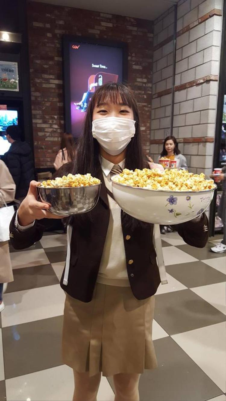Lỉnh kỉnh mang xoong, nồi, xô nhựa đi xem phim vì rạp miễn phí bắp rang bơ