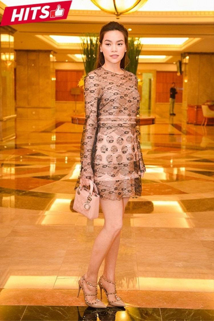 """Hồ Ngọc Hà sang chảnh với set đồ hiệu, trong đó túi Dior và giày đinh tán của Valentino trở thành yếu tố giúp """"chị đẹp"""" nổi bật hơn tại sự kiện dù cô lựa chọn một chiếc váy vô cùng đơn giản."""