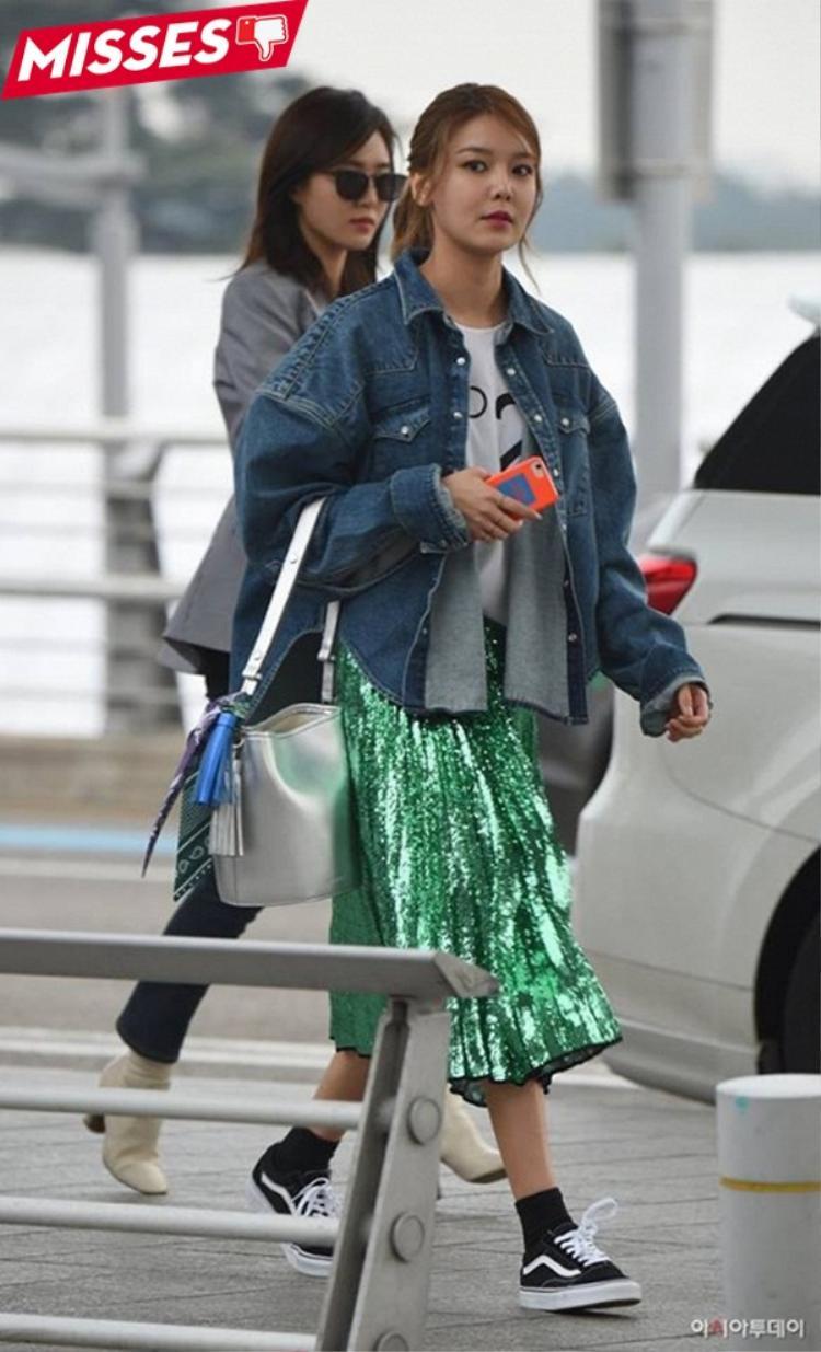 Sooyoung mất điểm trước người hâm mộ với phong cách có phần hơi diêm dúa khi xuất hiện tại sân bay. Cô nàng nên đến ngay trung tâm mua sắm để khắc phục lỗi bằng mẫu váy xếp pli gam màu đồng hay sắc bạc thời thượng.