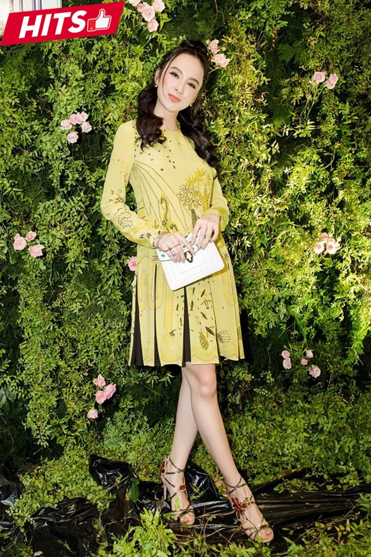Dù bận du ngoạn tại Seoul nhưng Hoàng Ku vẫn giúp Angela Phương Trinh có được diện mạo xinh đẹp, nữ tính vô cùng cuốn hút. Chiếc váy cô nàng diện thuộc thương hiệu Valentino, giày Jimmy Choo và túi Bvlgari.
