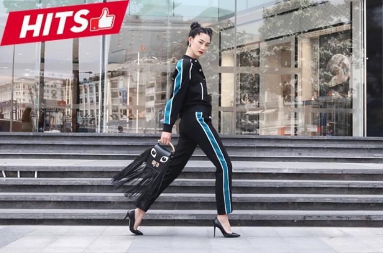 Trà My khoe street style đậm hơi hướm thể thao. Thay vì chọn cách mix thông thường với sneaker thì giày cao gót trở thành lựa chọn thú vị hơn rất nhiều. Chiếc túi xách tua rua họa tiết hình khuôn mặt càng tôn lên nét đẹp hài hòa cho tổng thể diện mạo của cả set đồ.