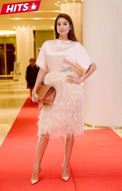 Phạm Hương nữ tính bất ngờ trong thiết kế của Lê Thanh Hòa. Chiếc túi hiệu Dior màu nâu khá bắt mắt giúp tôn lên chút vẻ đẹp cổ điển cho cô nàng Hoa hậu quốc dân.
