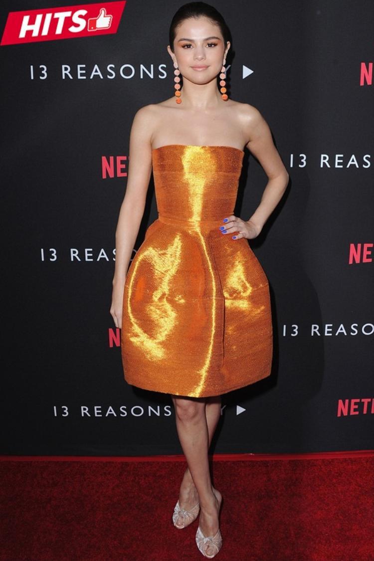 Xu hướng monochrome đang dần quay lại dù trên thảm đỏ sự kiện hay street style. Selena Gomez lựa chọn chiếc váy cúp ngực màu cam nổi bật của Oscar de la Renta phối cùng đôi bông tai ton-sur-ton đầy ấn tượng.