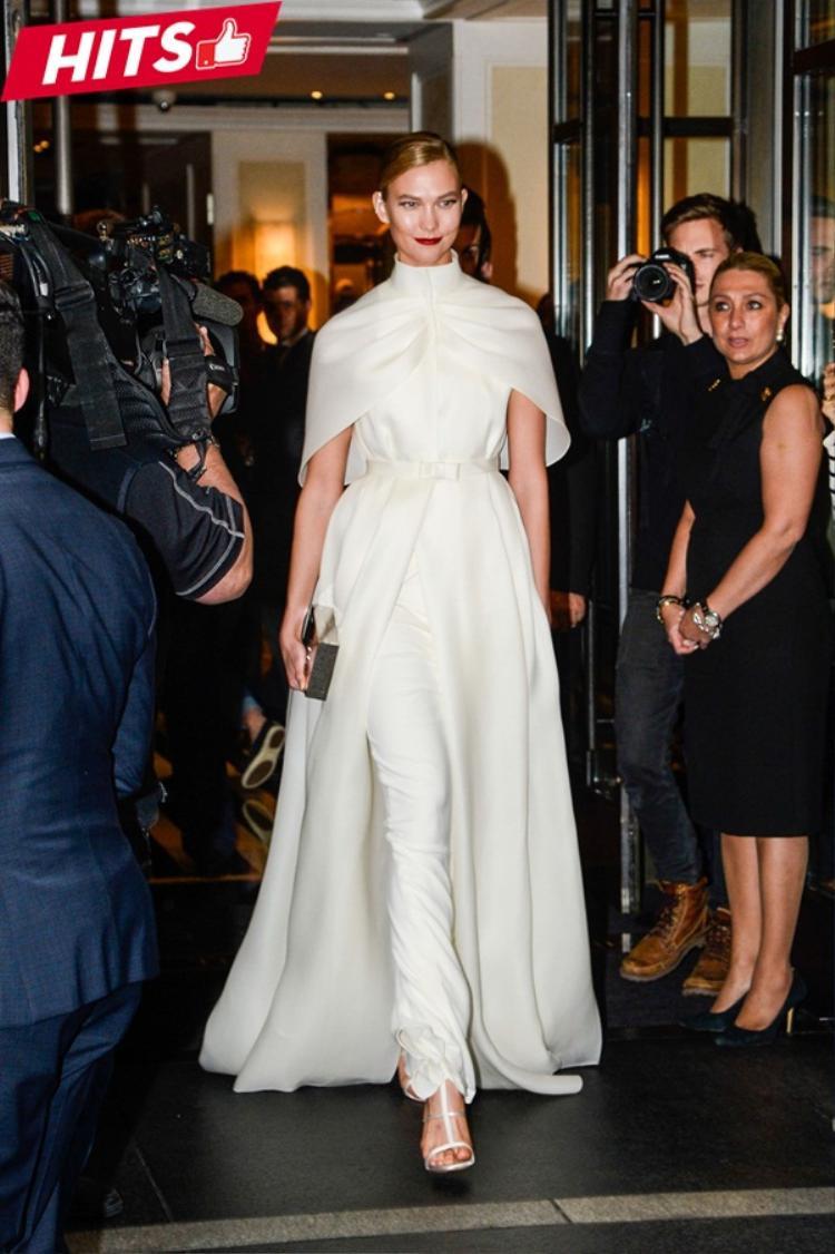 Trong một diễn biến khác, Karlie Kloss sang trọng với cả cây trắng đơn sắc mang nét thanh lịch và đầy vẻ tinh tế.