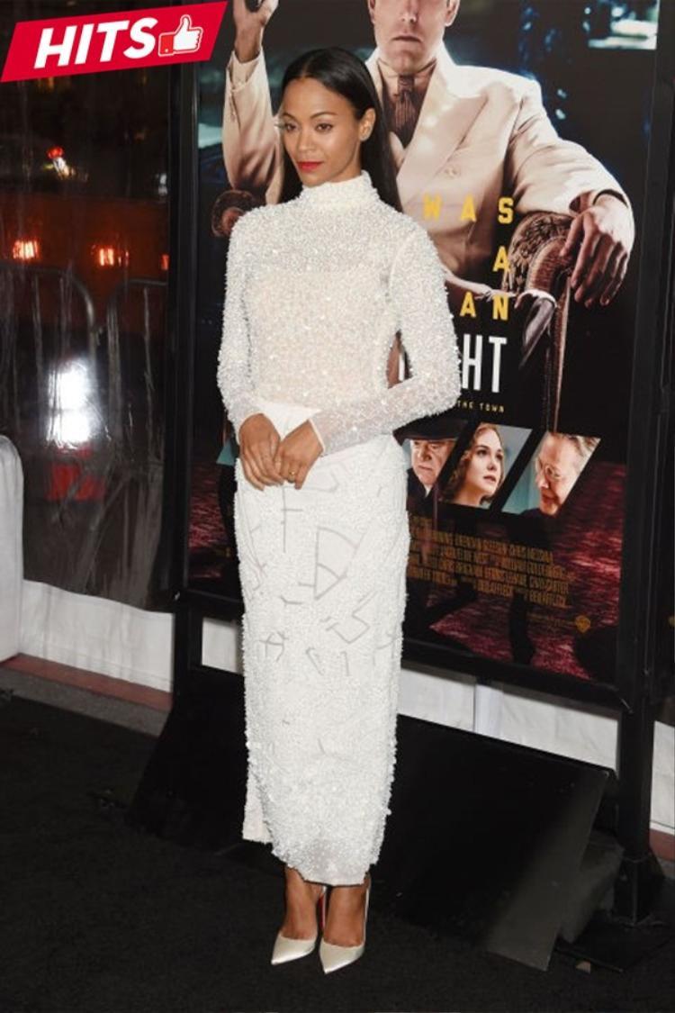 Cả cây trắng đính sequin kết hợp cùng giày cao gót nhẹ nhàng của Zoe Saldana rất phù hợp với những bữa tiệc sang trọng. Đôi khi chỉ cần một sắc màu trung tính cũng đủ khiến mọi ánh mắt phải ngoái nhìn bạn như Zoe.
