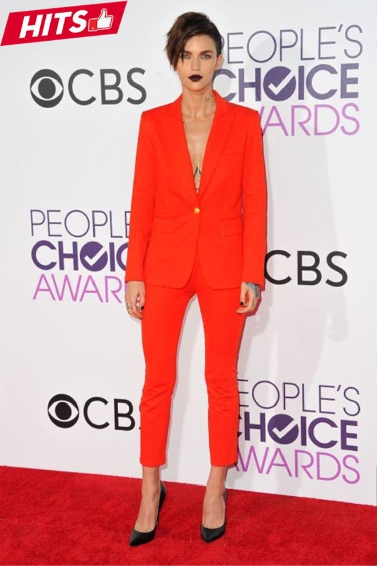 Ruby Rose làm mới bộ suit cứng nhắc với tông đỏ cam nổi bật. Mái tóc tém cá tính và đôi môi với tông son nâu đen càng khiến cô chất ngầu hơn trên sự kiện thảm đỏ.