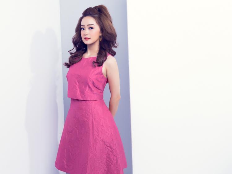 Ngọc Kayla trông nữ tính và đáng yêu với set đồ màu hồng.