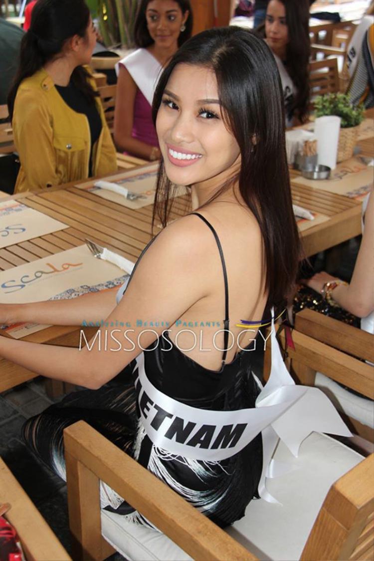 Nguyễn Thị Thành vẫn đeo dải băng dòng chữ Viet Nam khi tham gia các hoạt động đầu tiên của cuộc thi Miss Eco International 2017.