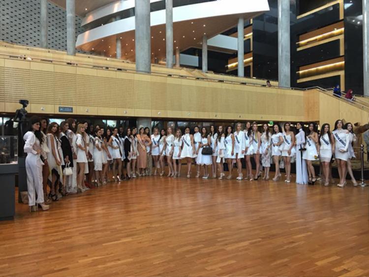 Các người đẹp quốc tế khác đều đeo dải băng đại diện cho mỗi quốc gia của họ.