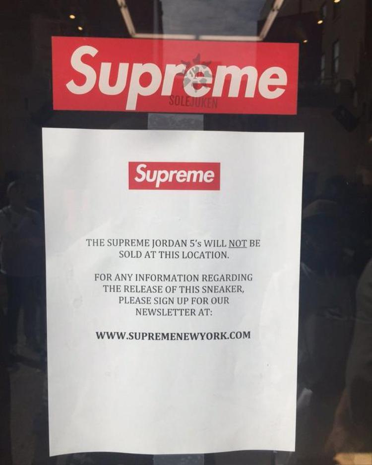 """Chính vì sức nóng khó lời lẽ nào tả hết của sự """"bắt tay"""" đình đám này, Nikeđã quyếtđịnh không phát hành sản phẩm tại cửa hàng bởi sự lo ngại an ninh."""