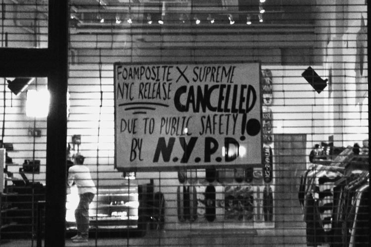 Khiđồng hồ điểm thời gian của phiên bản kết hợp Supreme x Air Jordan 5 phát hành không còn xa, cửa hàng Supreme đã dán thông báo từ sự đề nghị của cảnh sát New York.