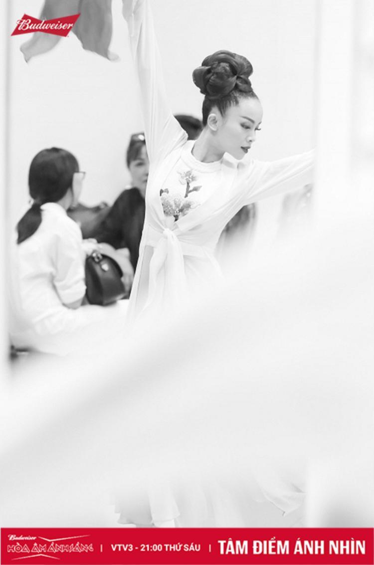 """Bên trong hậu trường, """"Én ch""""ị dành khá nhiều thời gian để chuẩn bị cho điệu múa của mình."""