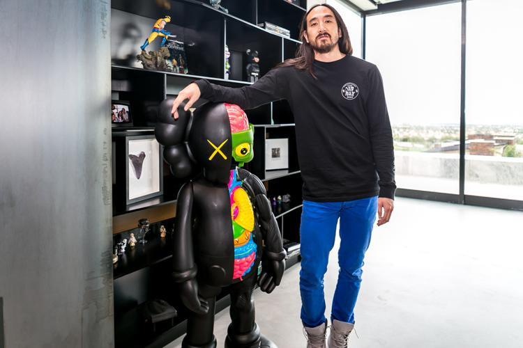 Thừa nhận mình là người sưu tầm mô hình KAWS nhưng số giày Aoki sở hữu phần lớn thuộc thương hiệuadidas (KAWS chỉ hợp tác với Nike).