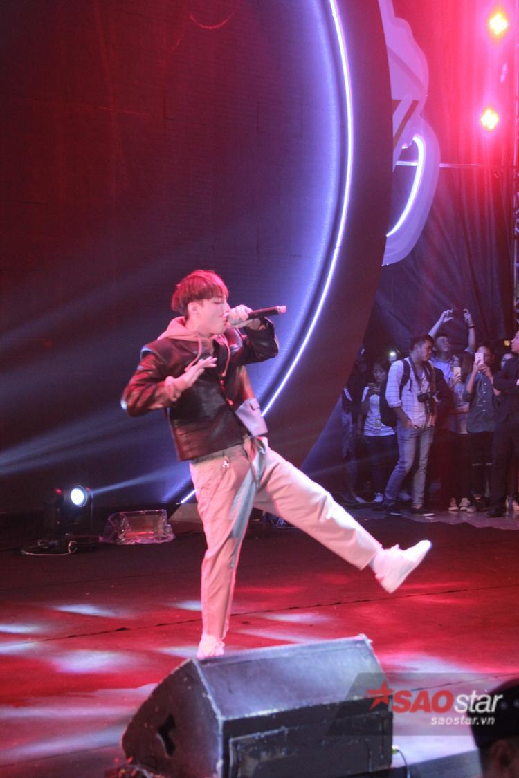 Sơn Tùng diễn sung trong đêm nhạc dù đã thấm mệt sau fansign Hà Nội