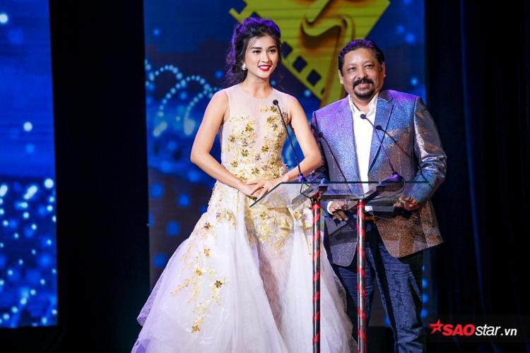 Diễn viên Kim Tuyến cùng nhà làm phim người Ấn Độ Raija công bố và trao giải Nam nữ diễn viên chính xuất sắc thể loại phim truyền hình.