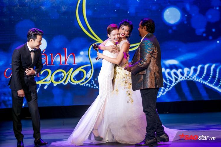 Lã Thanh Huyền hạnh phúc khi được vinh danh giải Nữ diễn viên truyền hình xuất sắc nhất.