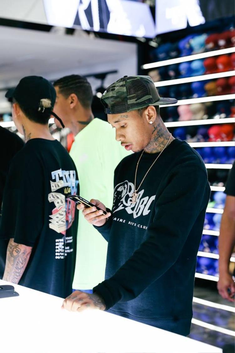 """Được biết Culture Kings là shop """"ruột"""" của chàng rapper này nên có thấy Tyga xếp hàng tính tiền bạn cũng đừng ngạc nhiên nhé."""