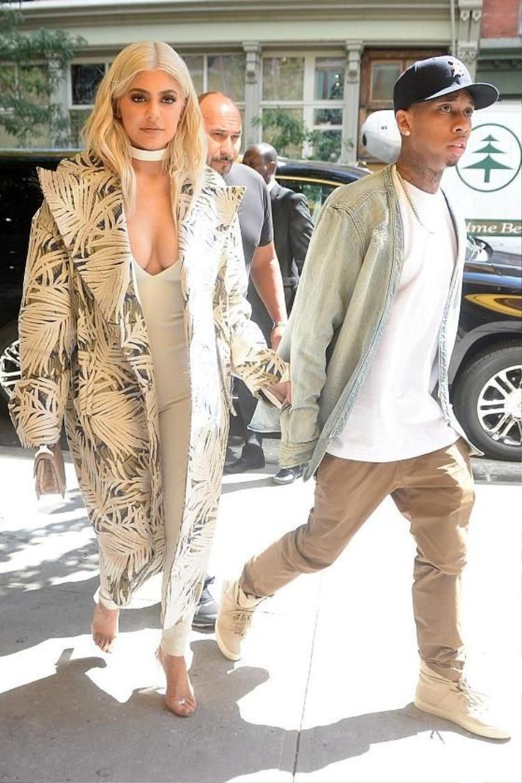 Nếu tinh ý bạn sẽ thấy Tyga và cô bạn gái cũ Kylie luôn diện đồ đôi từ thương hiệu này, chẳng hạn đôi sneakerHigh Top Roamer.