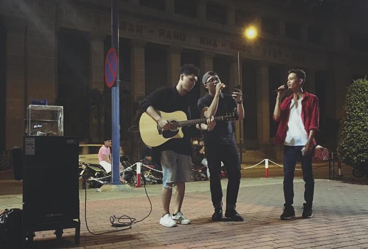 Đức Tài (áo đỏ) - team Đông Nhi hát ca khúc Phía sau một cô gái.