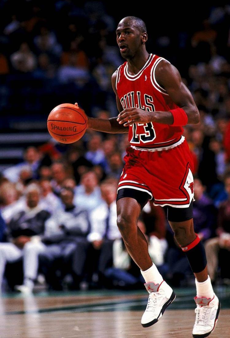 """Chỉ cần chủ nhân của """"đế chế"""" Michael Jordan sọt chân vào, đôi giày sẽ mang một """"huyền thoại"""" khác."""