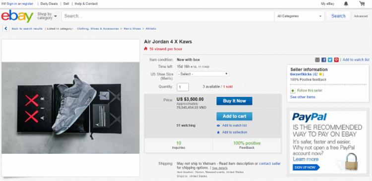 """Cụ thể, siêu phẩmAir Jordan 4 x KAWS được """"lão đại"""" niêm yết giá $350 nhưng việc xuất hiện trên eBay cùng một số 0 nữa - tức $3500 mà vẫn như trò xổ số """"duyên phận"""", vì giới chơi giày thế giới chẳng tiếc tiền nhưng đâu dễ về tay."""