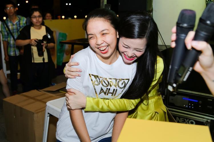Những cái ôm đầy tình cảm mà Đông Nhi dành cho các bé fan. Nữ ca sĩ từng chia sẻ, cô xem các bạn trong FC như một gia đình. Và giọng ca Xin anh đừng vô cùng trân quý tình cảm mà các bạn đã dành cho mình trong suốt khoảng thời gian qua.