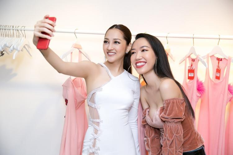 Bạn gái Hồ Quang Hiếu diện trang phục trắng với những đường cut out sexy do Kim Khanh thiết kế riêng.