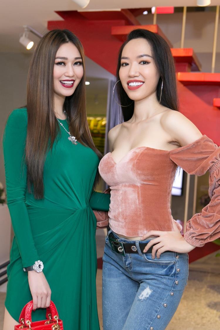 Quỳnh Châu  Ái Phương diện đồ đôi, Khánh My đeo phụ kiện gần 1 tỷ đến chúc mừng NTK Kim Khanh